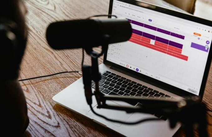 We show how to integrate a corporate podcast into the PR strategy